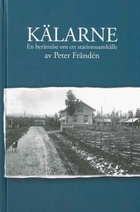 Svartvitt fotografi från Kälarne år 1890, med gamla trähus, en risig gärdesgård och en hund på en spårig grusväg.