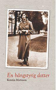 Svartvitt foto från 1930 på kvinna med lång kappa och basker med stadsmiljö bakom.